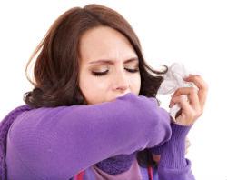 vrouw slijm ophoesten zakdoek